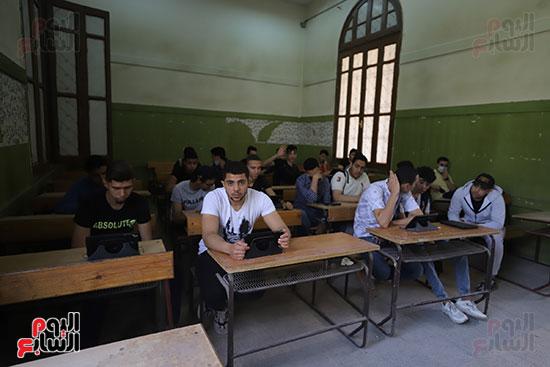 طلاب الثانوية العامة يؤدون الامتحان التجريبي (22)