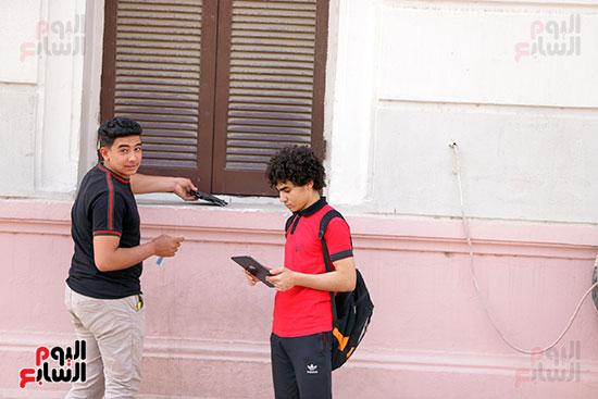 طلاب الثانوية العامة يؤدون الامتحان التجريبي (10)