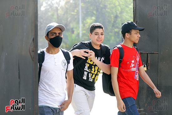 طلاب الثانوية العامة يؤدون الامتحان التجريبي (5)
