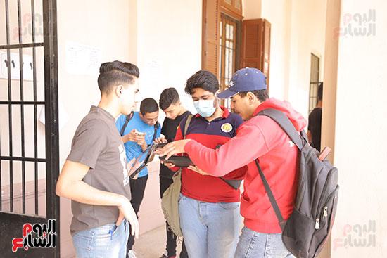 طلاب الثانوية العامة يؤدون الامتحان التجريبي (23)