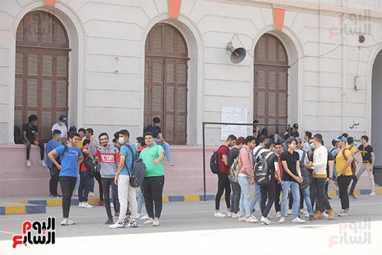 طلاب الثانوية العامة يؤدون الامتحان التجريبي (15)