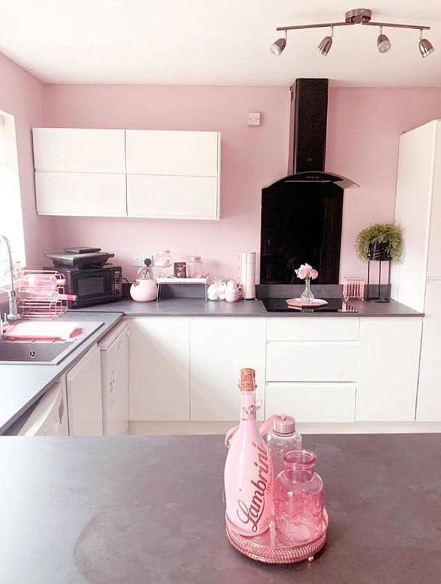 المطبخ باللون الوردي