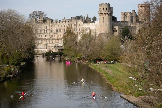 يسافر المجدفون على طول نهر أفون بالقرب من قلعة وارويك