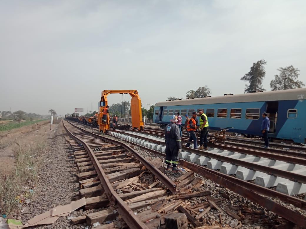 رجال هيئة السكة الحديد خلال العمل