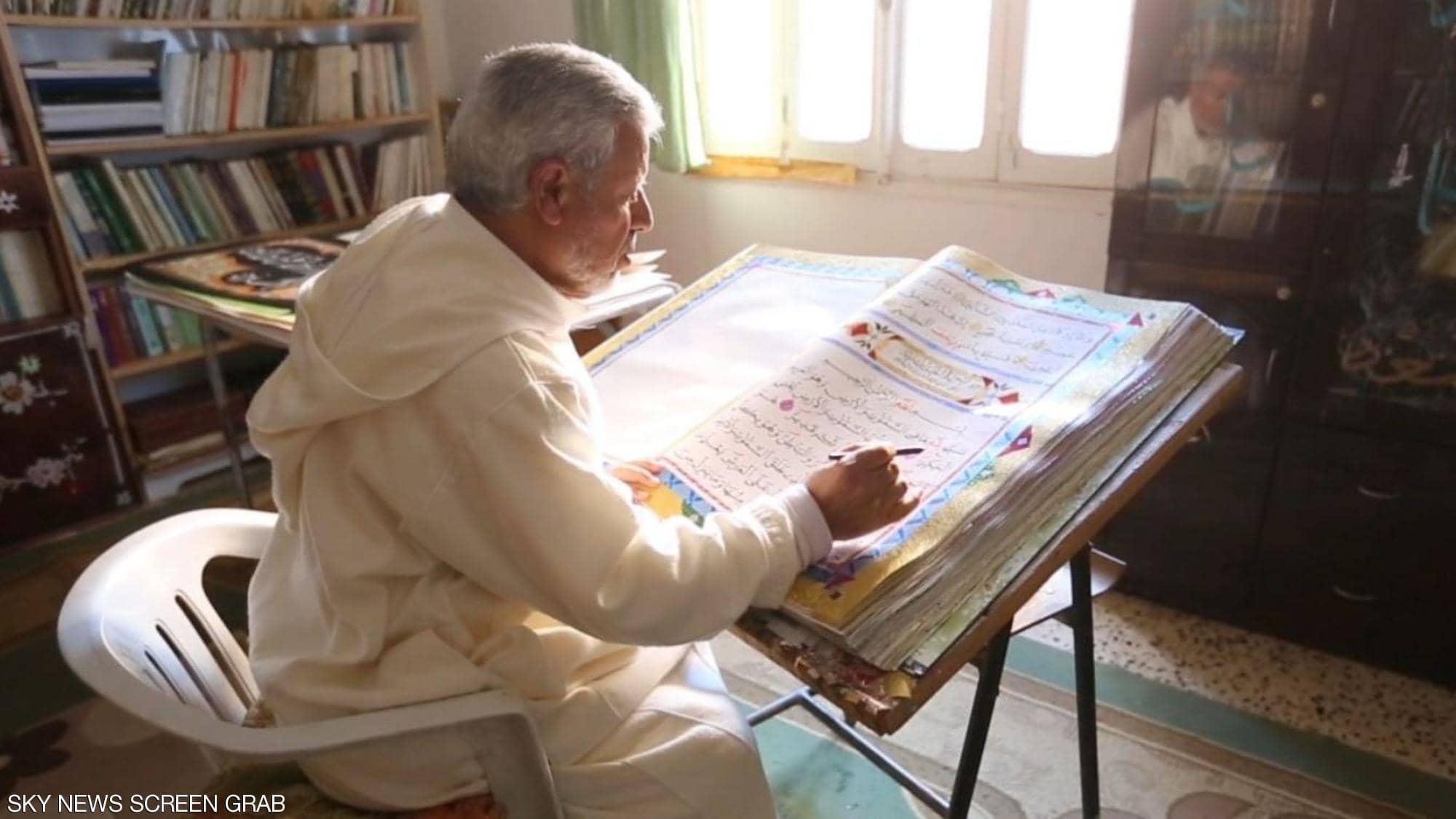 خطاط ليبى يكتب القران الكريم (4)