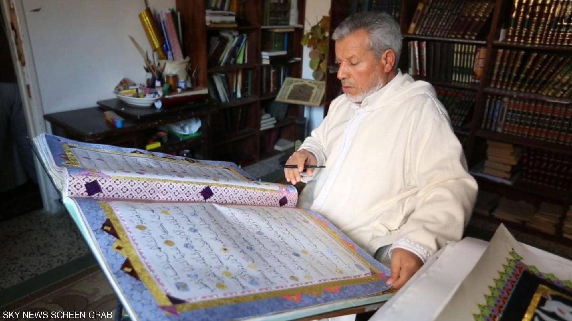 خطاط ليبى يكتب القران الكريم (3)