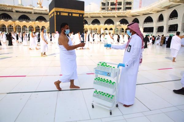 توزيع عبوات المياة على المصلين