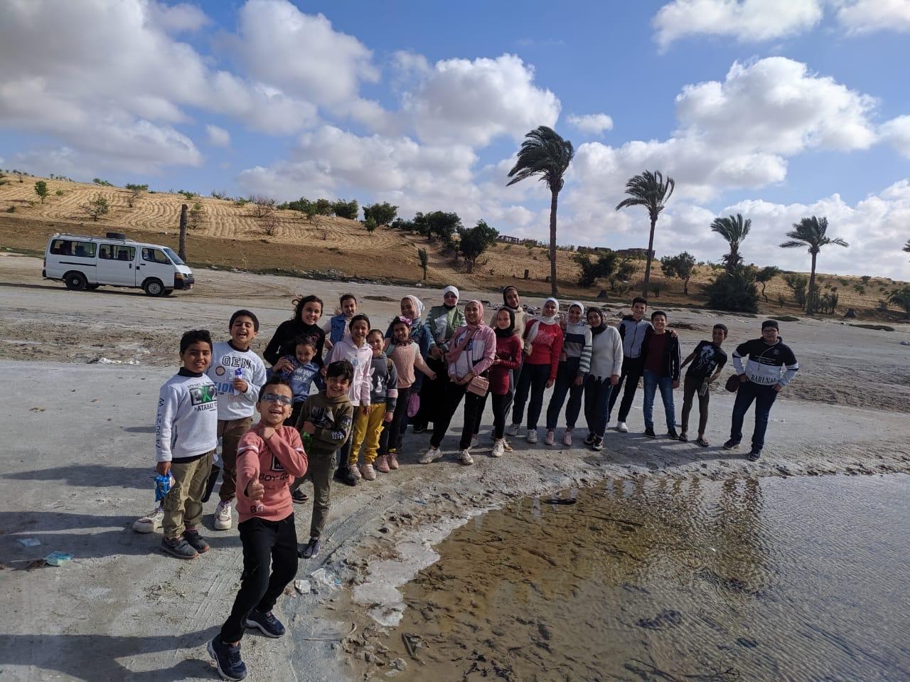 الطلبة سعداء خلال صورة تذكارية