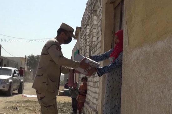 القوات المسلحة توزع آلاف الحصص الغذائية المجانية بمناسبة حلول شهر رمضان المعظم (4)