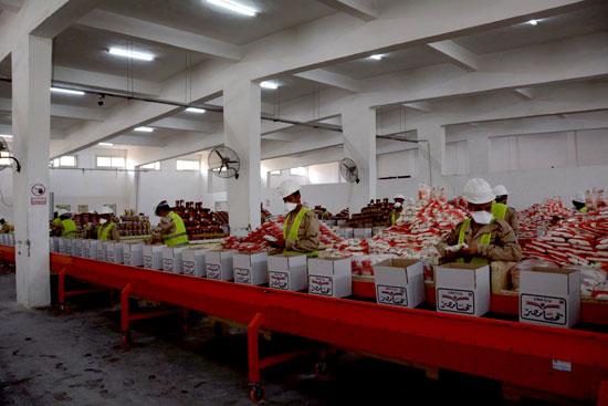 القوات المسلحة توزع آلاف الحصص الغذائية المجانية بمناسبة حلول شهر رمضان المعظم (1)