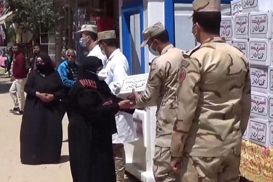 القوات المسلحة توزع آلاف الحصص الغذائية المجانية بمناسبة حلول شهر رمضان المعظم (5)