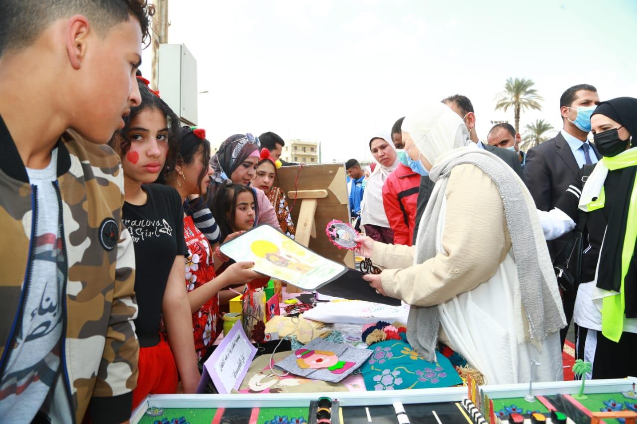 توزيع الجوائز على الأطفال