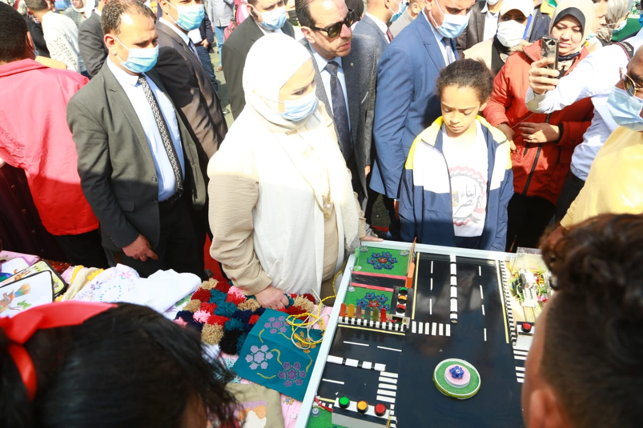 وزيرة التضامن خلال توزيع جوائز على الأطفال الفائزين في المسابقات الرياضية احتفالا بيوم اليتيم