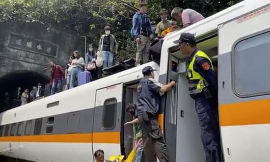 مركبة بناء لم تتوقف بشكل صحيح وانزلقت على مسار السكة الحديد