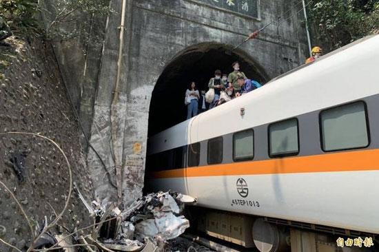 خرج قطار مكتظ عن القضبان في نفق شرقي تايوان