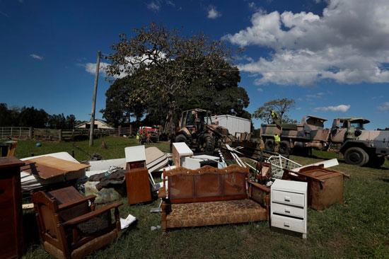 متعلقات عائلة تضررت من الفيضانات