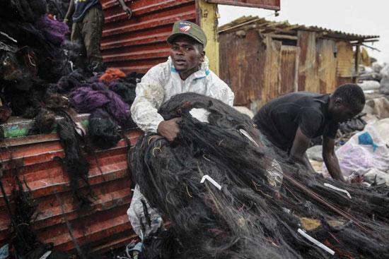 رجل يبحث عن شعر صناعي في داندورا