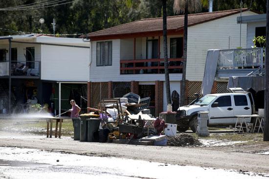 العناصر التي تضررت بسبب الفيضانات خارج المنازل في بورت ماكواري