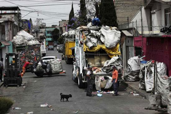 ملتقطو القمامة يفرغون القمامة في مكسيكو سيتي