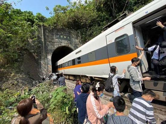 تم إجلاء ما بين 80 إلى 100 شخص من أول أربع عربات