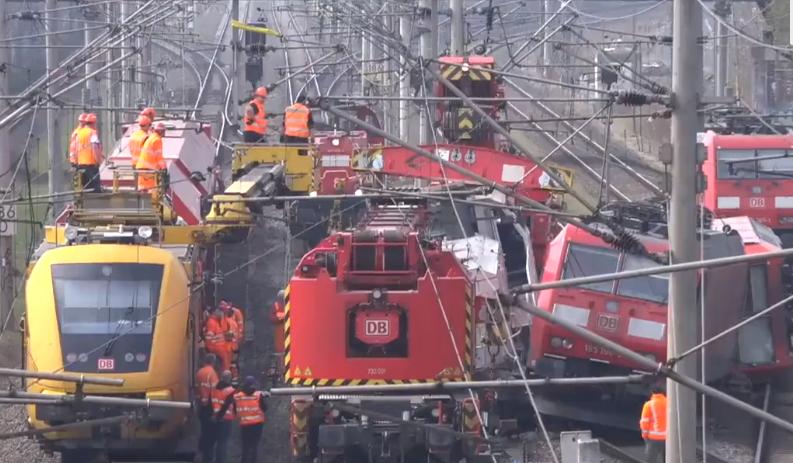 صورة من محاولة إزالة القطارات