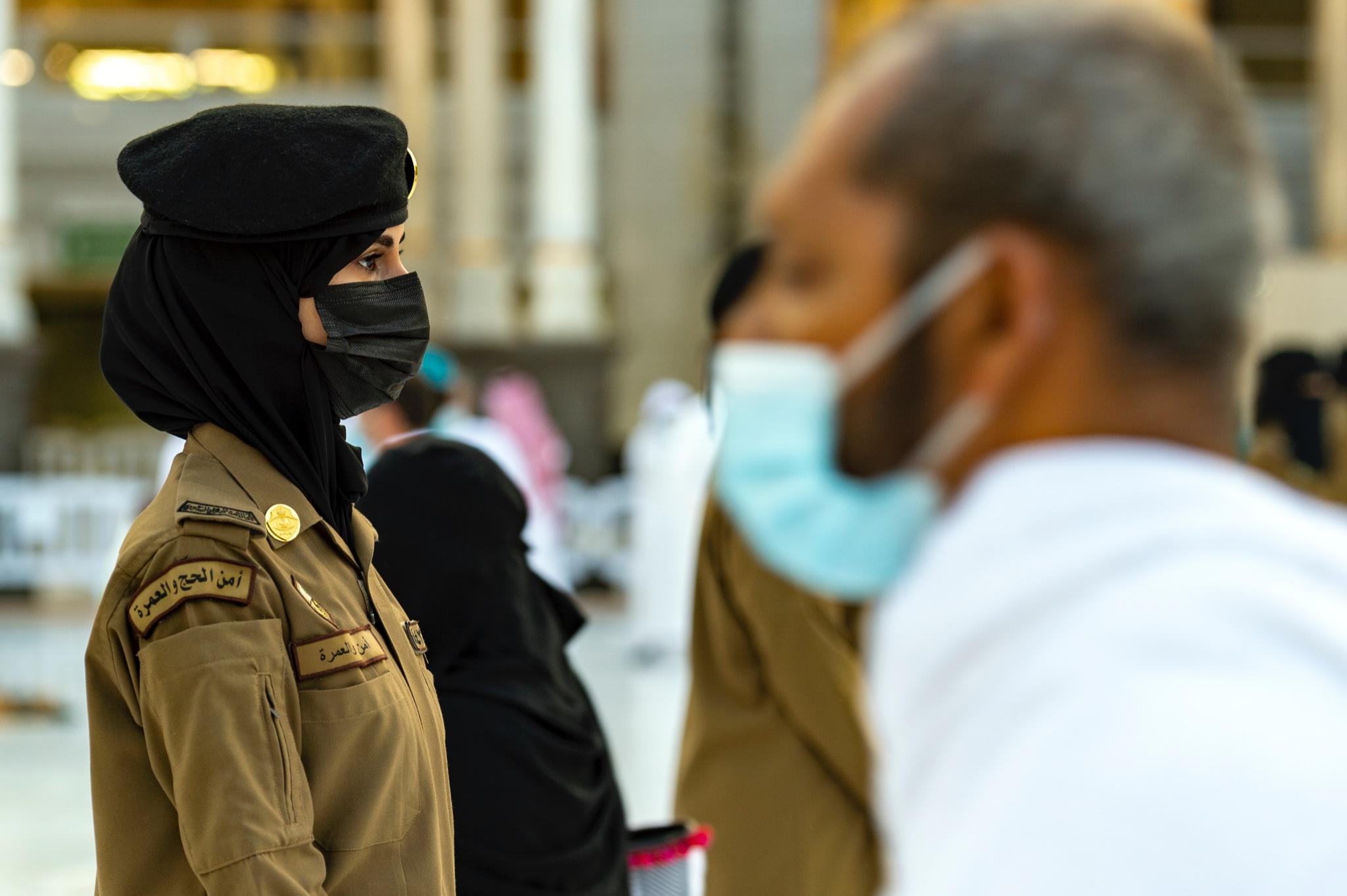 شرطية سعودية تساعد فى تطبيق الإجراءات الاحترازية والمتابعة الأمنية  فى المسجد الحرام