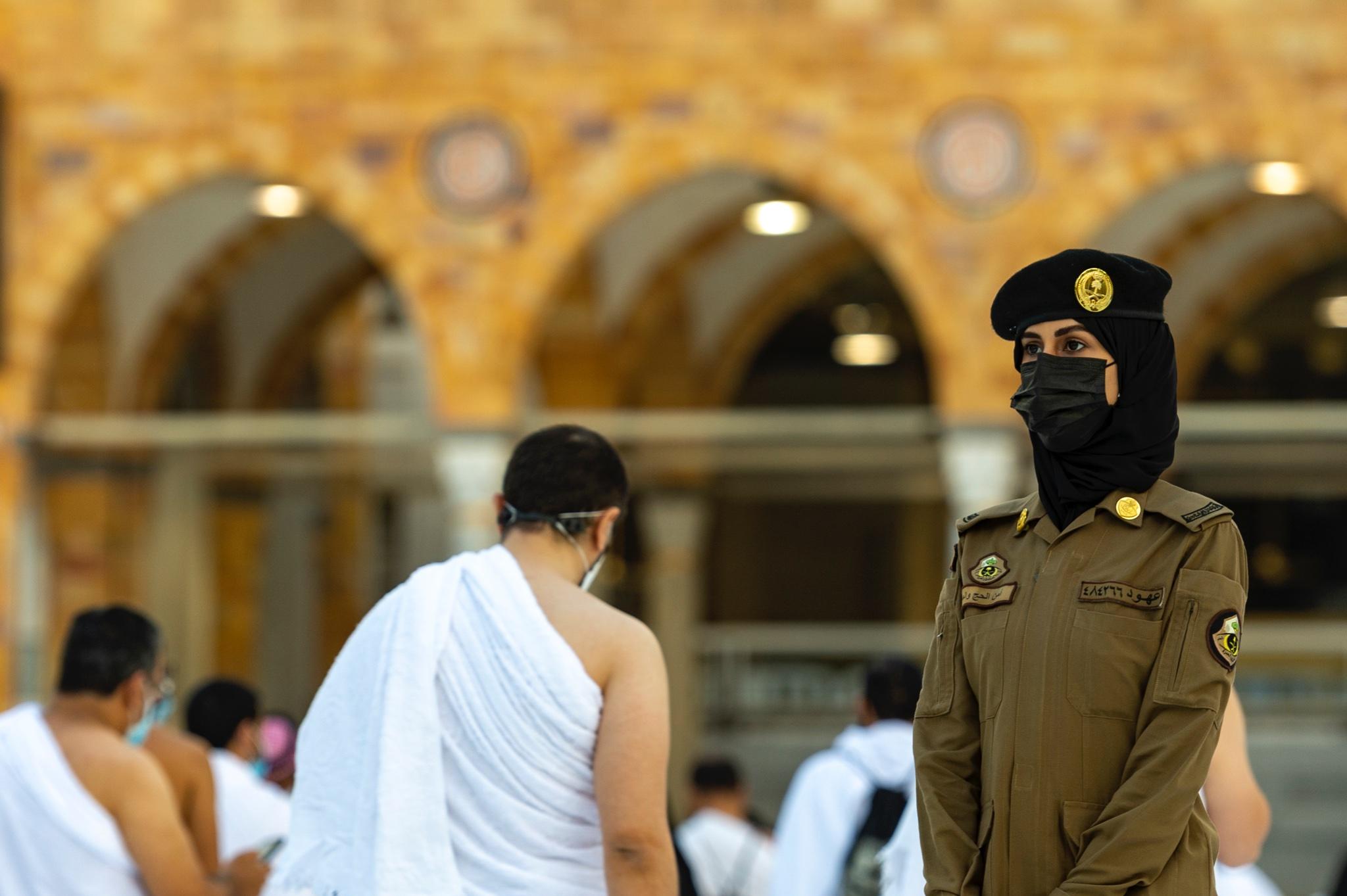 شرطية سعودية تتخذ مكانها فى الحرم المكى للمساعدة على توفير الامن