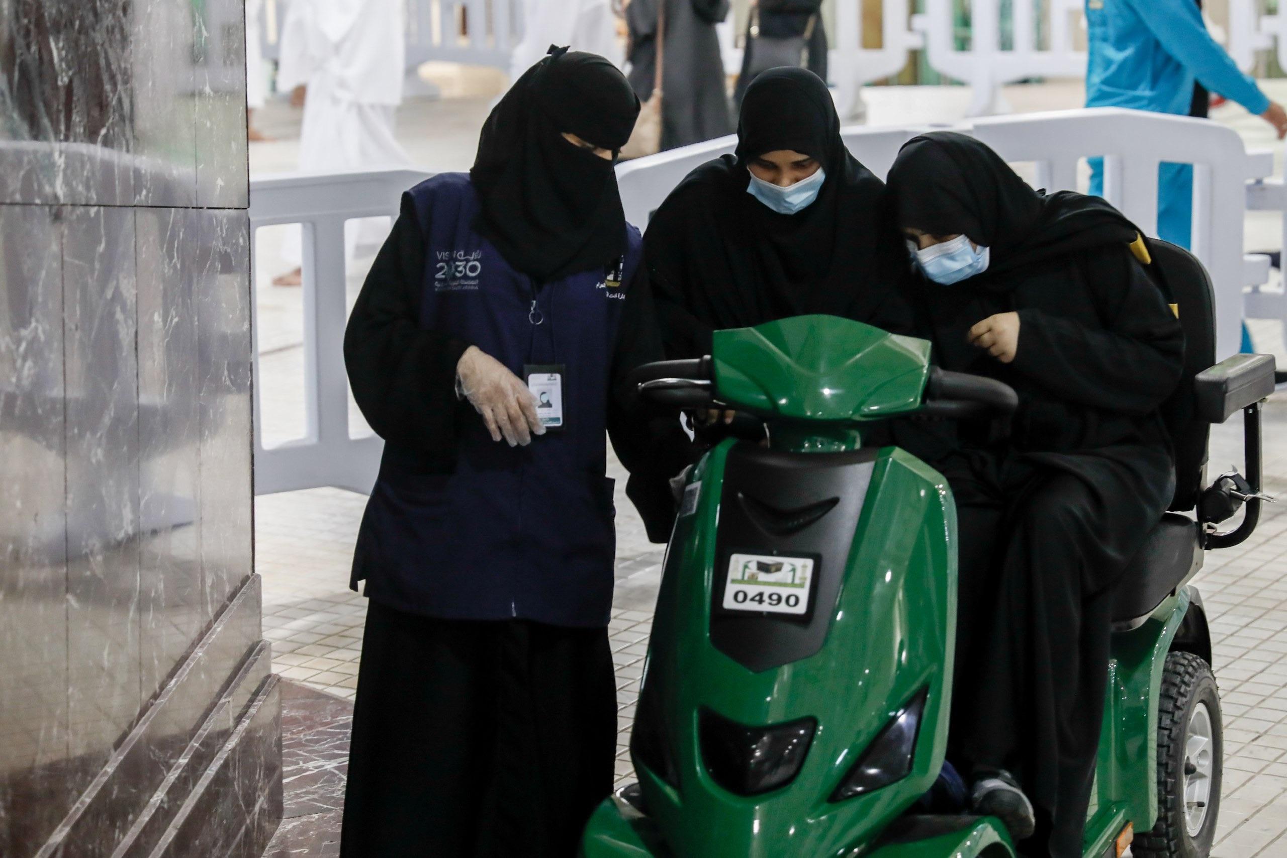 العاملات على خدمة زائرات المسجد الحرام