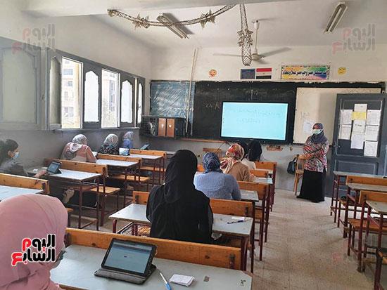 طلاب الثانوية العامة يؤدون الامتحان التقنى (4)