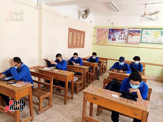 طلاب الثانوية العامة يؤدون الامتحان التقنى (10)