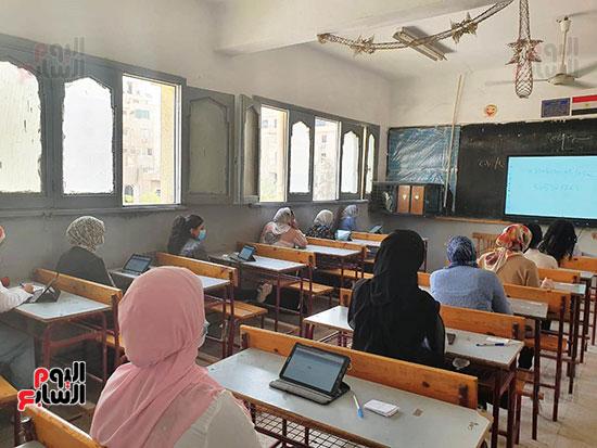 طلاب الثانوية العامة يؤدون الامتحان التقنى (9)