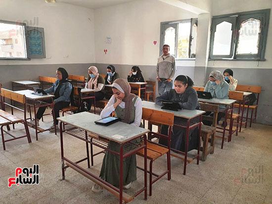 طلاب الثانوية العامة يؤدون الامتحان التقنى (6)