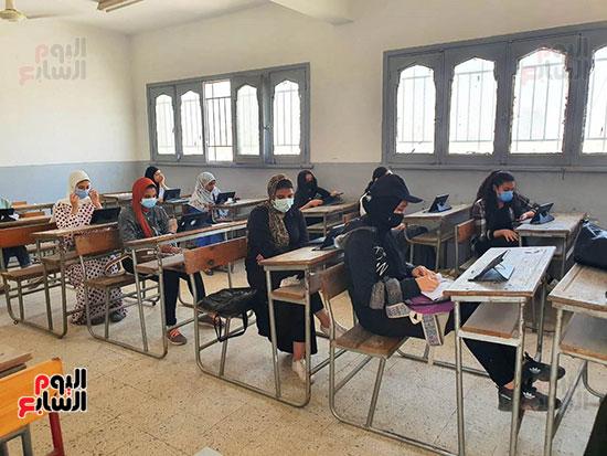 طلاب الثانوية العامة يؤدون الامتحان التقنى (7)