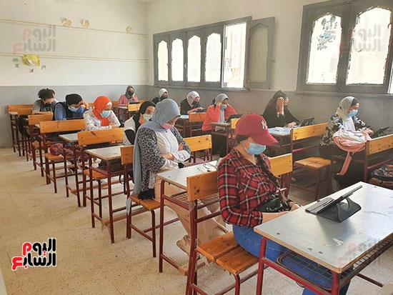 طلاب الثانوية العامة يؤدون الامتحان التقنى (8)