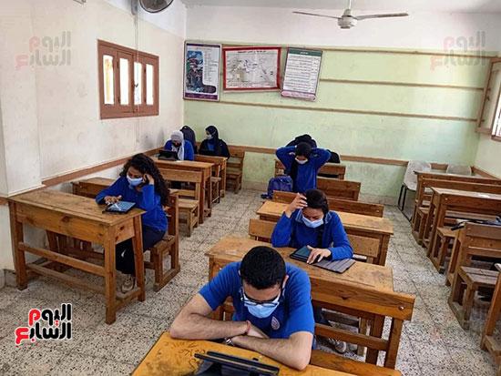 طلاب الثانوية العامة يؤدون الامتحان التقنى (2)