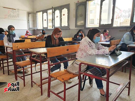 طلاب الثانوية العامة يؤدون الامتحان التقنى (3)