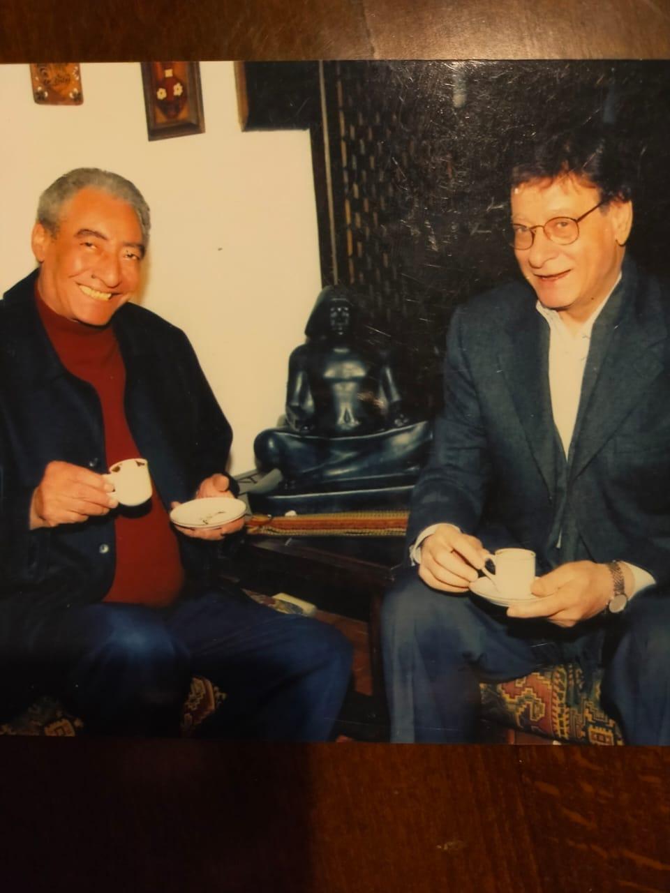 الخال مع صديقه الشاعر محمود درويش