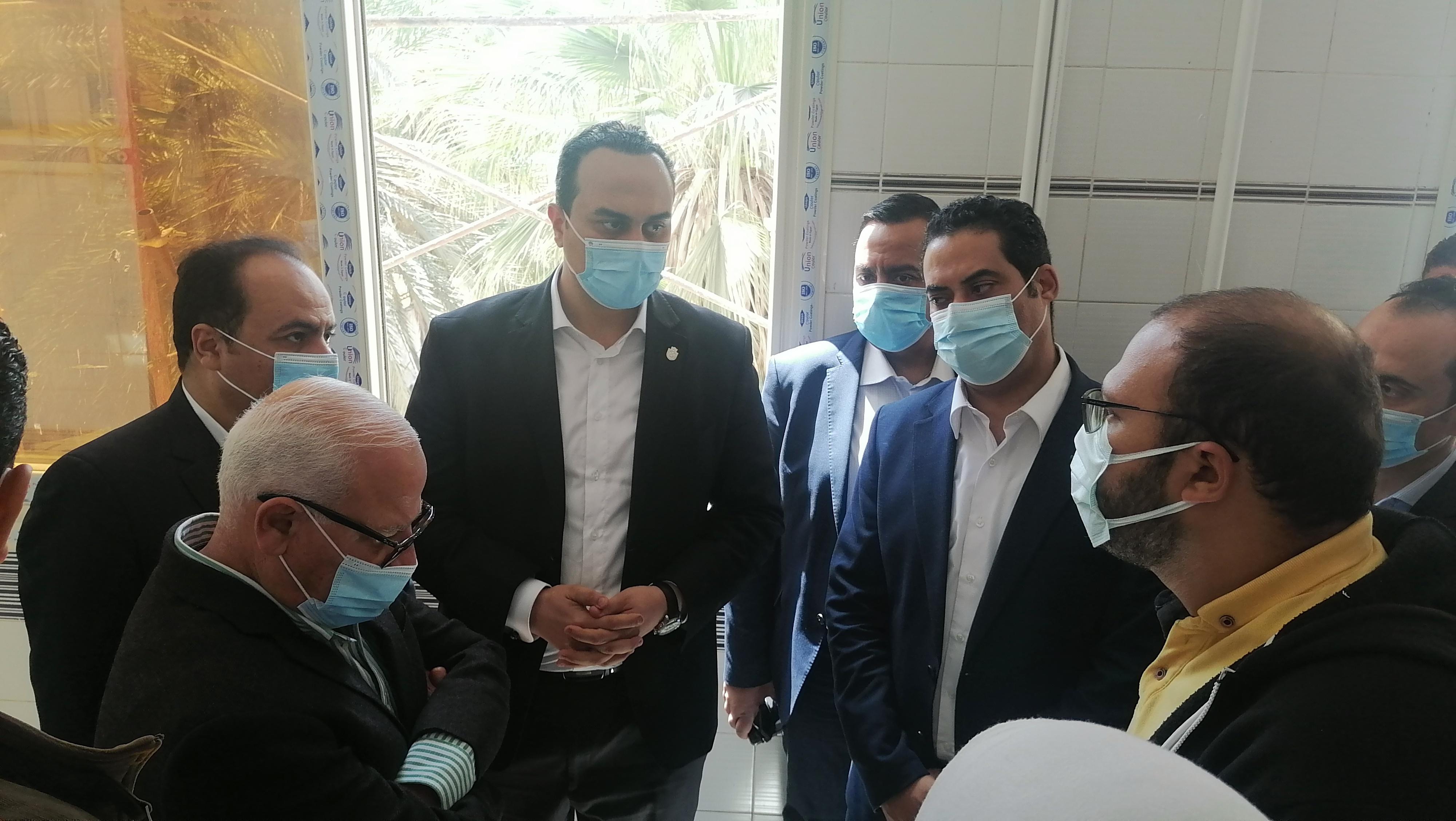 المحافظ ورئيس هيئة الرعاية الصحية بمستشفى المصح البحري