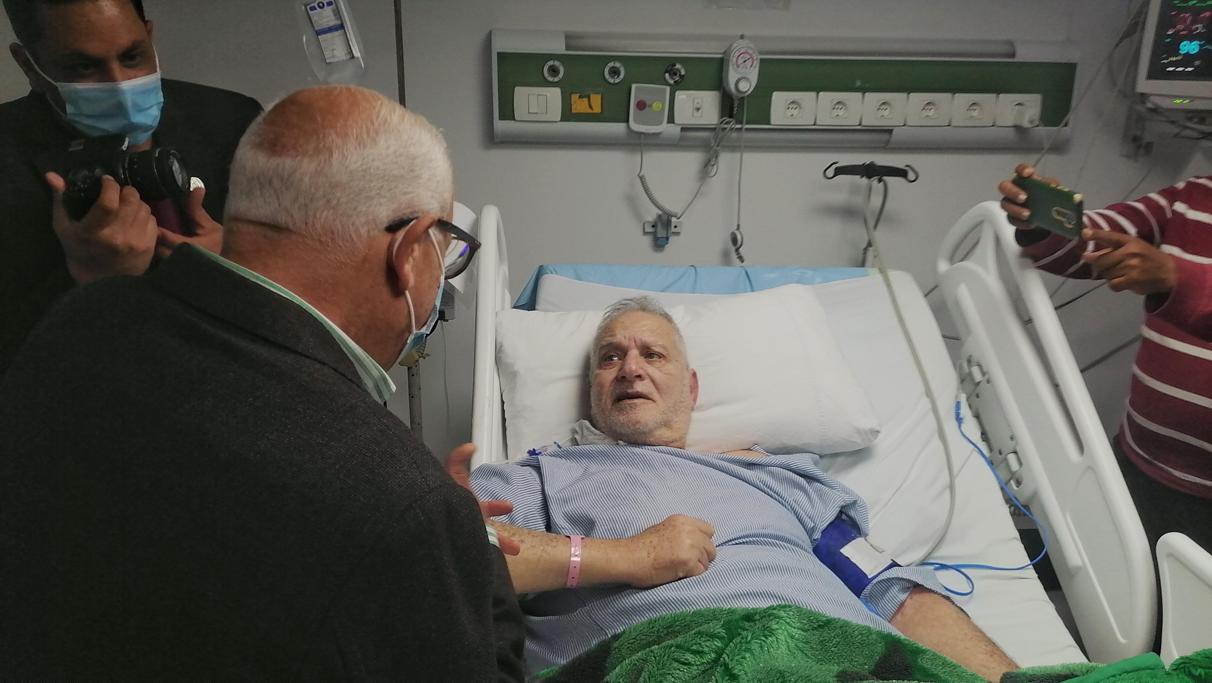 محافظ بورسعيد يطمئن على احد المرضي