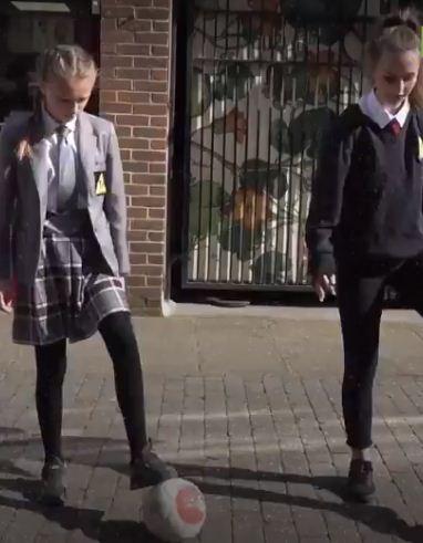 فتاتين تلعب الكرة
