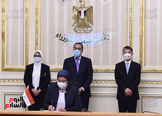 توقيع اتفاقيتين لتصنيع لقاح سينوفاك الصينى فى مصر   (4)