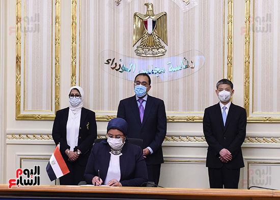 توقيع اتفاقيتين لتصنيع لقاح سينوفاك الصينى فى مصر   (5)