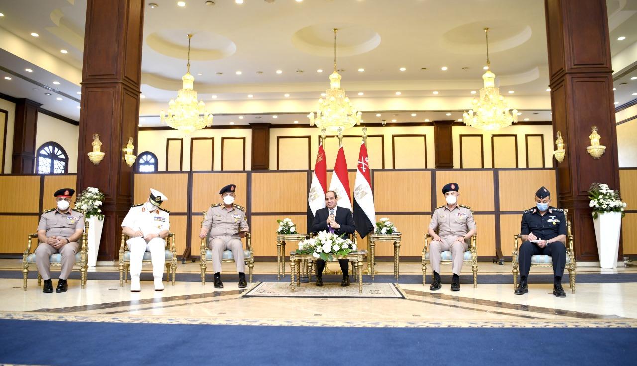 الرئيس السيسي يناقش مع قادة القوات المسلحة موضوعات الأمن القومى المصرى (1)