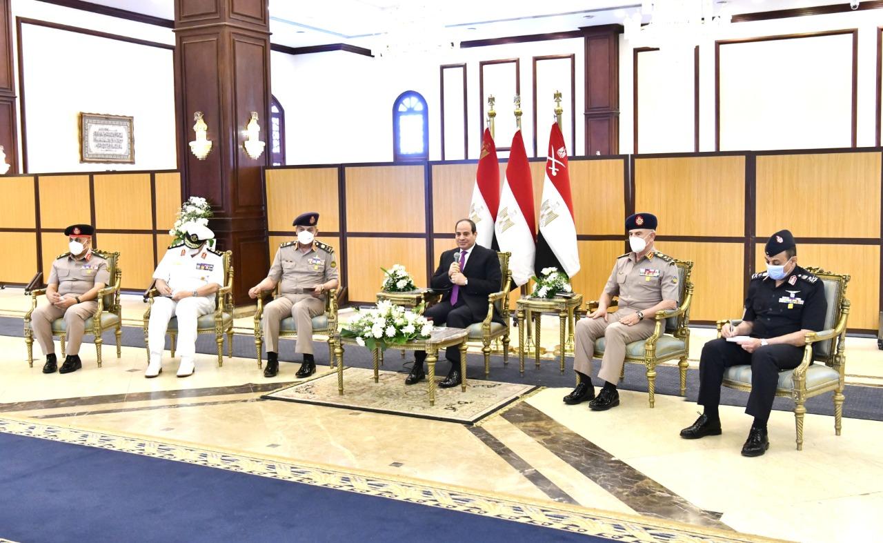 الرئيس السيسي يناقش مع قادة القوات المسلحة موضوعات الأمن القومى المصرى (3)