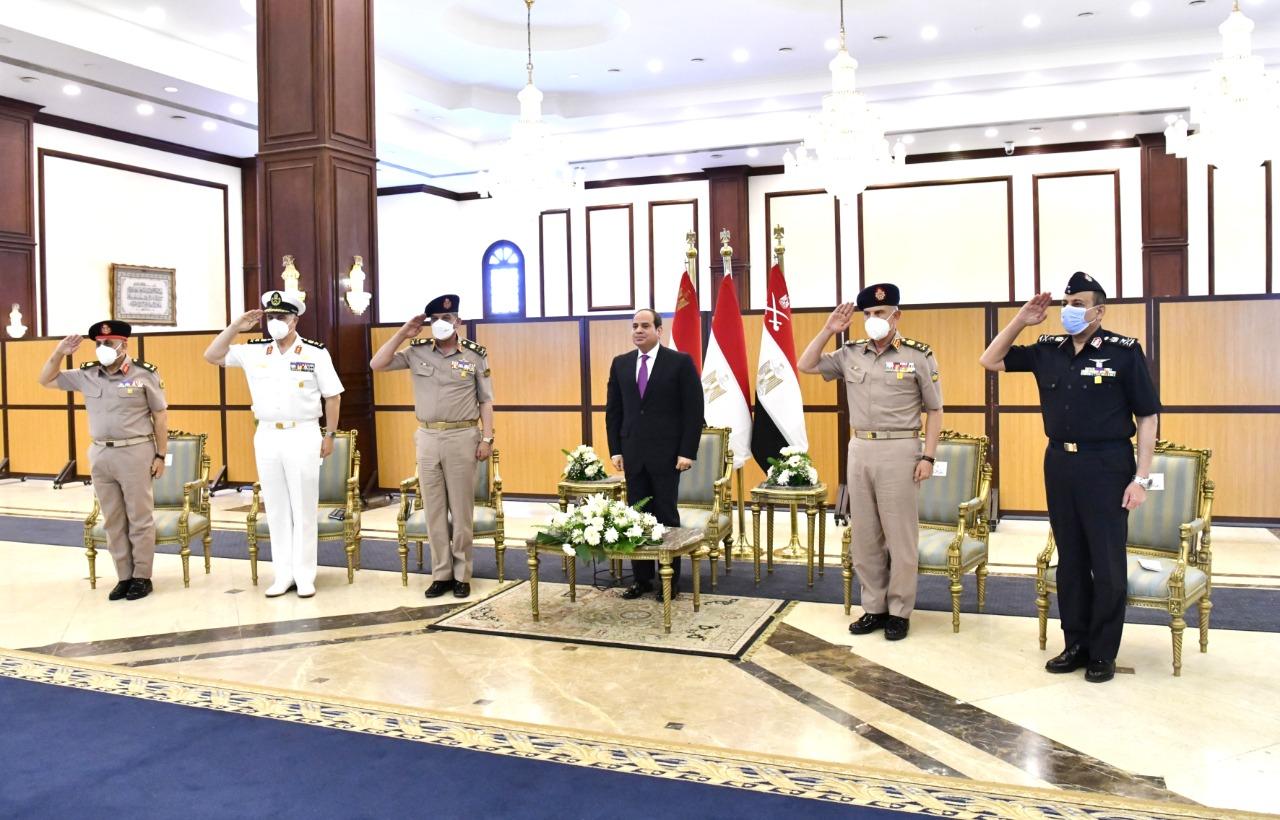 الرئيس السيسي يناقش مع قادة القوات المسلحة موضوعات الأمن القومى المصرى (2)