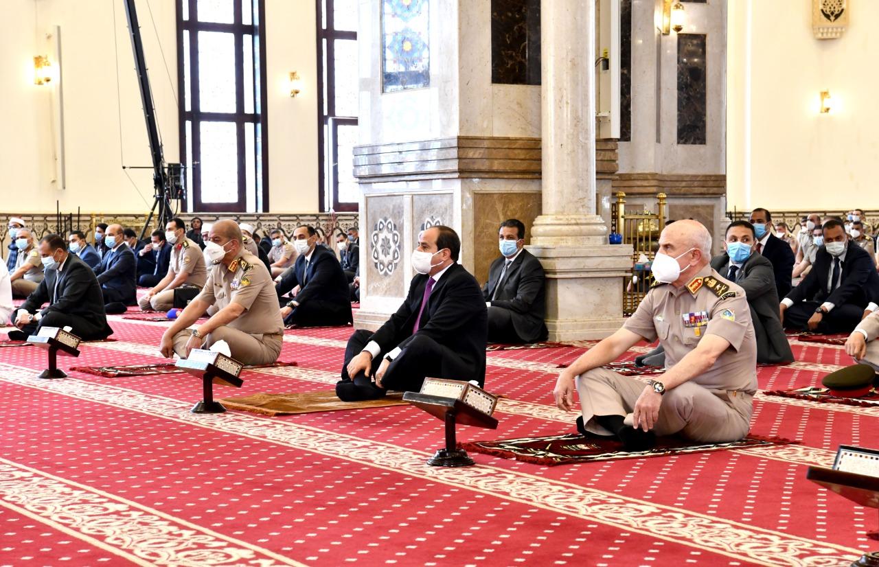الرئيس عبد الفتاح السيسى يؤدى صلاة الجمعة (2)