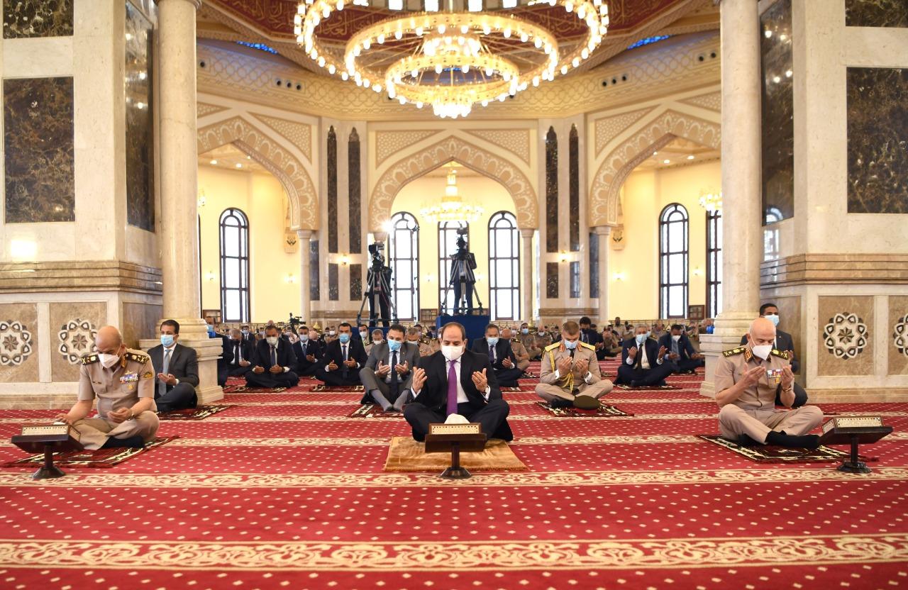 الرئيس عبد الفتاح السيسى يؤدى صلاة الجمعة (3)