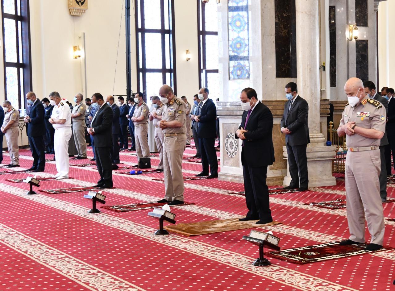 الرئيس عبد الفتاح السيسى يؤدى صلاة الجمعة (1)