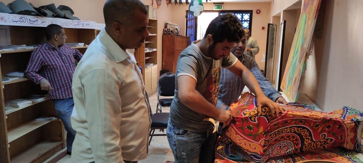 شاب قبطى أثناء العمل في الورشة لتصنيع فانوس رمضان