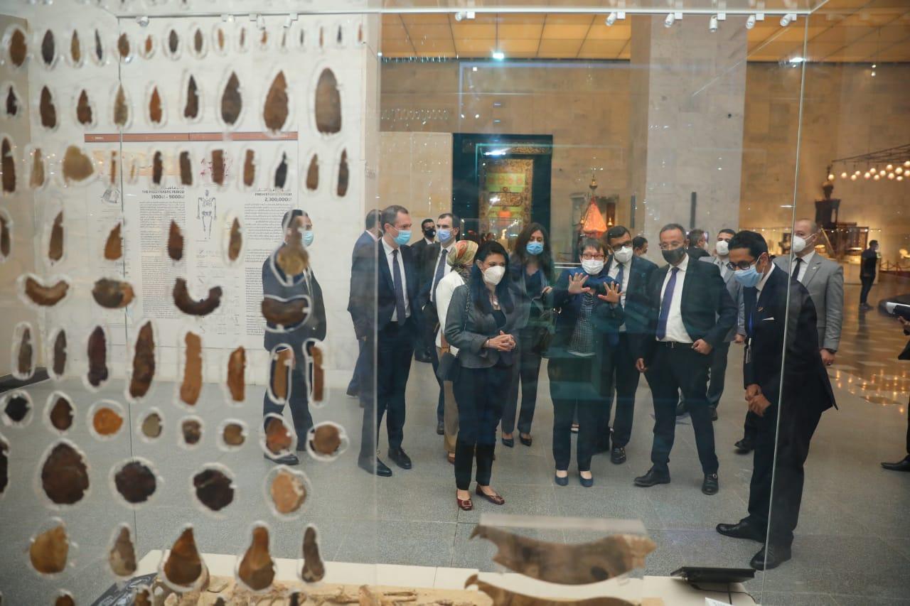 وشاهدوا القطع الأثرية المعروضة بالقاعة المركزية
